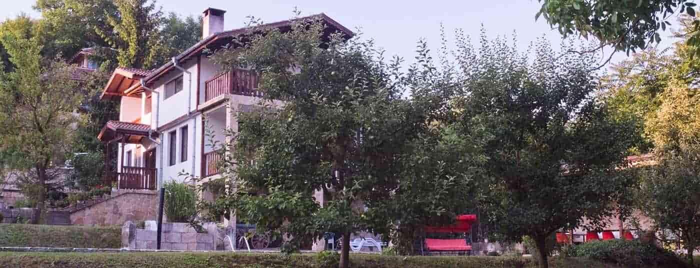 Триетажна къща за гости с двор и басейн